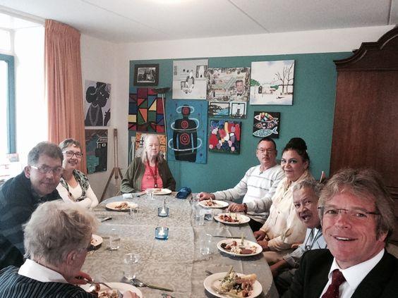 Aan tafel bij 'Moeders pot'. Een beschermd wonengroep die elke maandagavond gezamenlijk eten met mensen uit de buurt.