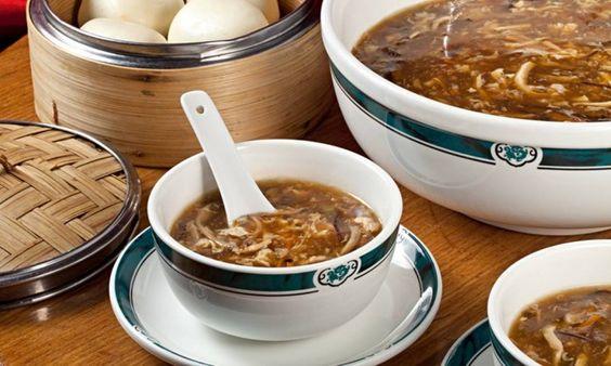Sopa com cogumelos, camarão e frango para aquecer o fim de semana - Jornal O Globo