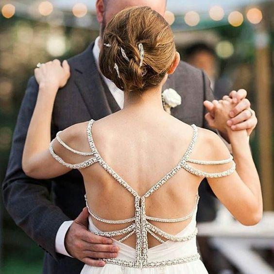 Na minha opinião... Todos casais tem que ter uma dança... Pode ser simples ou elaborada... Mas sem a dança a festa acaba faltando algo... É muito romântico... Íntimo ... E rende fotos lindas como essa que peguei no @noivinhamineira  #maelyvaicasar #casamento2016 #casamento #wedding #bride #bridal #brides #brides2016 #wedding2016 #noivas #noivinhas #euvoucasar #noivas2016 #love #casais #casal #noiva #noivo #amor #instalove #cerimonia #instapic #instanoiva #instacasamentos #instawedding…