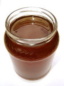 Mit Honig als Hausmittel lassen sich zu große Hautporen im Gesicht ganz natürlich verkleinern