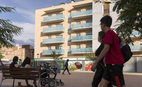 Fachada de uno de los inmuebles en Badalona ocupados por extorsionadores.