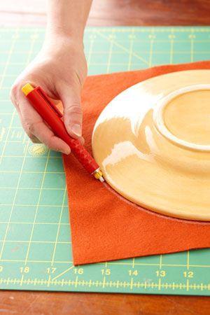 Com alguns passos simples você poderá fazer lindas flores de feltro para enfeitar o que você desejar! Veja aqui como é fácil fazer!