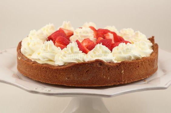 Dit heerlijke zomerse weekend vroeg om een lekkere, zomerse taart. De eerste hollandse aardbeien lagen alweer in de winkel en zo werd het idee van deze cheesecake geboren.