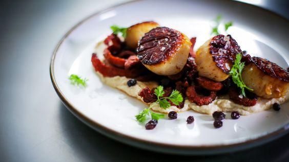 Pétoncles, purée de chou-fleur et chorizo croustillant   Zeste