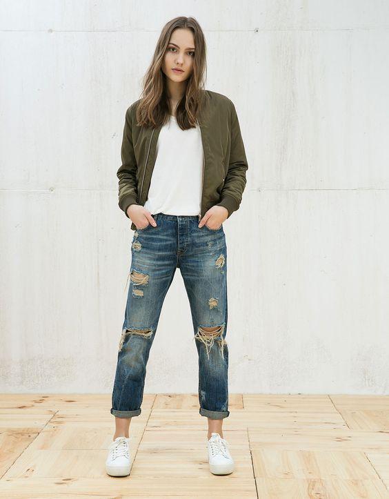 Camiseta manga corta cuello pico. Descubre ésta y muchas otras prendas en Bershka con nuevos productos cada semana