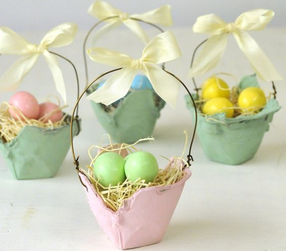 Easy to make Easter Baskets!  For young and the young at heart :-)  You only need a egg carton, some pastel acrylic paint at your choice, some wire for the handles, some decoration straws and a ribbon.  For the finishing touch....... candy or chocolate eggs to treat :-)  Have fun and Happy Easter: