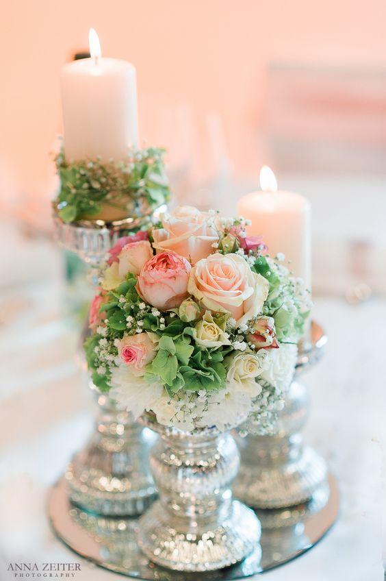 zauberhafte vintage dekoration f r die hochzeit mit kleinen zarten rosen schleierkraut wei en. Black Bedroom Furniture Sets. Home Design Ideas