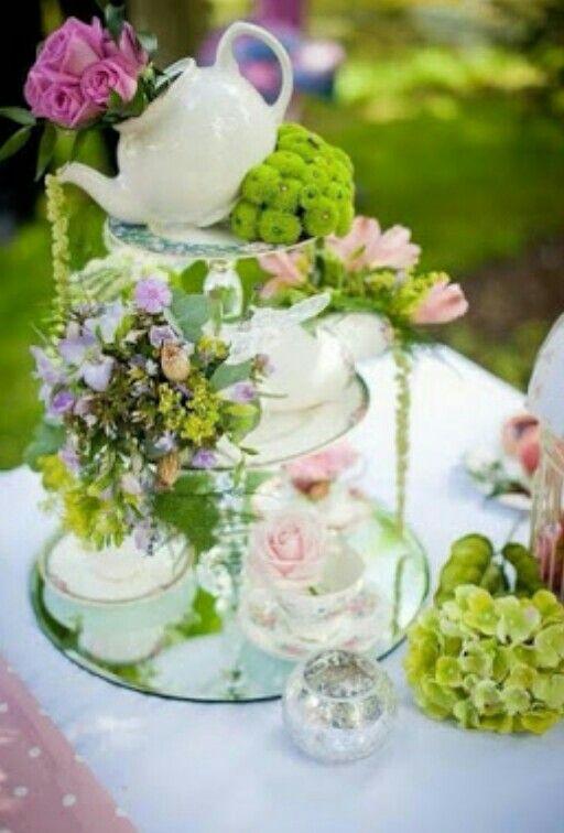 Centro de mesa o parte de la decoración de una mesa de postre para bodas