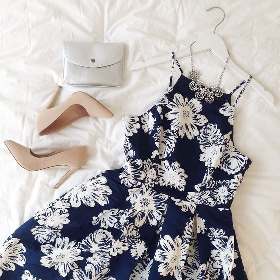 Playing dress up  Dress: Nalda  Necklace: Wyrd Argent  Sac: Yela Argent  #boutique1861 #lookbook #flatlay #dress #flowers #fashiondiaries #outfitideas Save