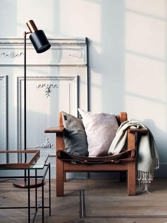 Das Haus in Schweden besitzt einen großen, weißen Esstisch mit schwarzen Stühlen