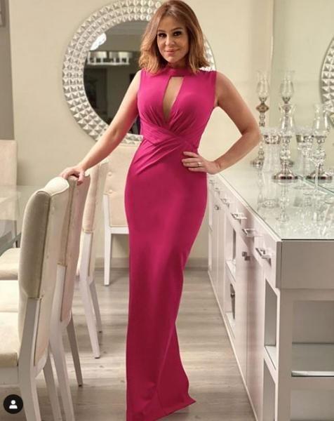 فساتين خطوبة فوشيا بوحي من النجمات مجلة سيدتي راجعي أجمل فساتين النجمات باللون الفوشيا لتلهمك بإطلالة جذابة في يوم الخطوبة يع Formal Dresses Fashion Dresses
