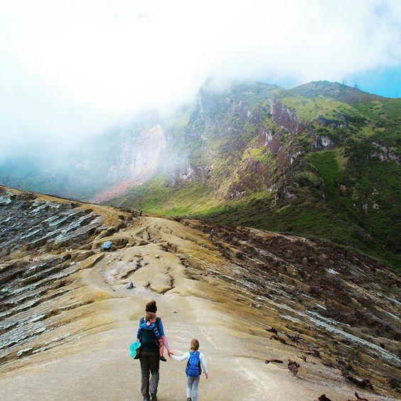 Een baby op de rug een peuter in de draagzak en een grote dochter die meeliep naar de Ijen krater. Fenna en Ruud gingen vorig jaar backpacken door Indonesië met het hele gezin.  #kekmamamagazine #kekmama #magazine #reis #reizen #travel #traveling #photography #indonesia #indonesie #backpacking #family #kinderen #kids #vakantie #holiday #java #bali #ijencrater #kekmama1