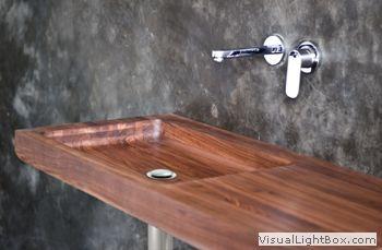 Ella Collection - Il lavabo singolo Ella è moderno nelle sue linee morbide che creano un'eleganza   sobria. E' disponibile in dorato teak di recupero o in caldo noce americano più scuro.