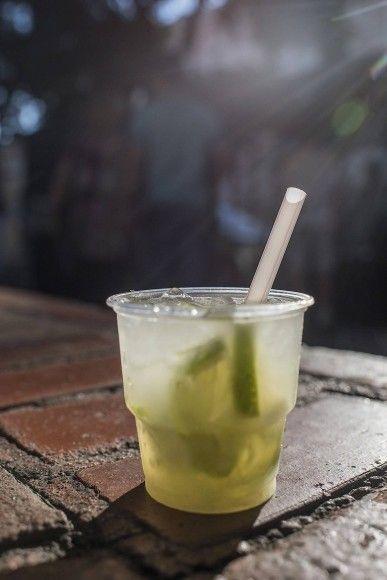 Aus der FAZ vom 24.07: Rezept für ein Glas (300ml)      ½ Limette     1 Teelöffel (weißer) Zucker     Eiswürfel     Bis zu 100 ml Zuckerrohrschnaps  Caipirinha wird nicht in einem Cocktailmixer gemacht, sondern direkt im Glas. Die Limette in Scheiben schneiden, den Zucker darauf geben und mit einem Holzstößel zerdrücken. Das Glas mit Eis auffüllen. Je nach Geschmack Schnaps zugeben. Mit einem langen Löffel gut umrühren.