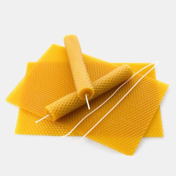 Kerzen-Bastelset für Kinder. Zur Herstellung echter Bienenwachskerzen, die aus den einzelnen Wabenplatten gerollt werden können. Bei Echtkind findest Du viele schöne, naturnahe und schadstofffreie Bastelideen für Kinder.