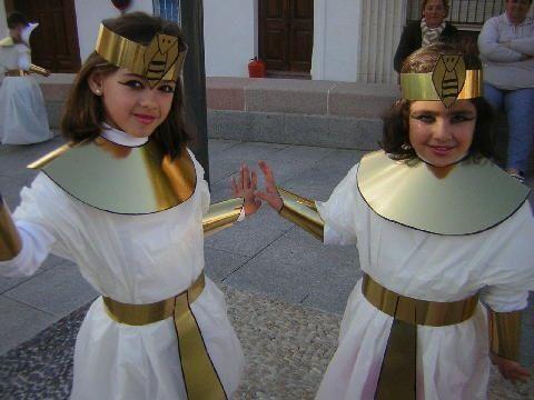 disfraz escolar de egipcio Cleopatra con bolsa de basura y cartulina de oro http://www.multipapel.com/subfamilia-bolsas-disfraces-educacion-infantil-pequenas.htm