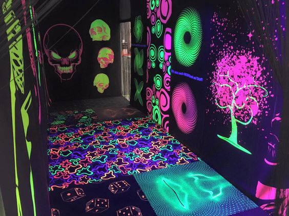 Glow Print auf Teppich und auf Stoff! Flureszierende Farben für ein besonderes Druckbild unter Schwarzlicht! #glow #teppichprinter #photofabrics #ludwigsburg #druckerei #innovation #neuheit #glowprint #teppichdruck #stoffdruck #neon #neo #neofabrics #fabrics #viscom #viscom2015