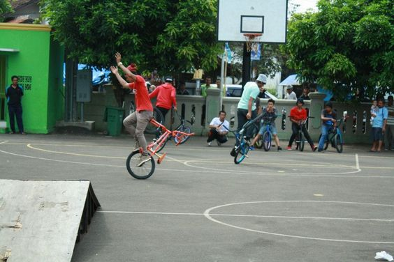 OUTDOOR BMX TRICKSTERS http://streets-united.com/blog/asian-bmx-freestyler/