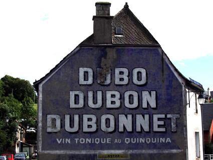 Vieille pub sur un vieux mur: du bo du bon Dubonnet!
