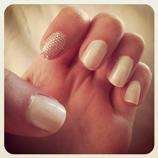 neutral nails + a sparkly surprise #manicure