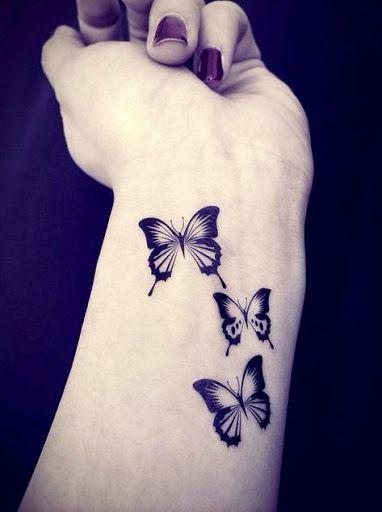 Papillons sur le poignet : tatouage simple et léger: