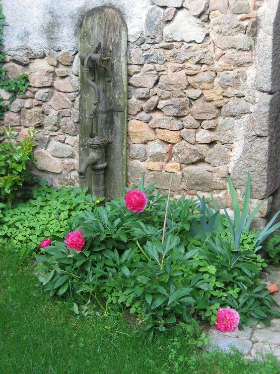 une vieille pompe sur un mur d 39 enceinte en pierre dans la cour jardin fleuri pinterest. Black Bedroom Furniture Sets. Home Design Ideas