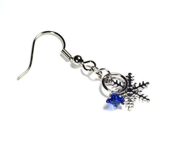 小さな指輪ときらめく銀色の雪の結晶を組み合わせたピアスです。リングは、小さなサファイア(サファイヤ:青玉)ブルー色のグラスが石座に嵌め込まれていて、ミニチュア...|ハンドメイド、手作り、手仕事品の通販・販売・購入ならCreema。