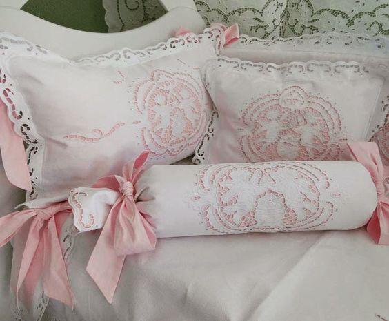 😍 💟 KIT BERÇO BORDADO EM RICHELIEU-ANJO BARROCO-(A PARTIR 6 PEÇAS) com 5 opções de cores no forro. // tem + 04 peças opcionais 😍 // Tecido Piquê 100% Algodão para todas as peças de Alta Qualidade! // http://www.bordadosdoceara.com.br/produtos/kit-berco-menina/kit-berco-bordado-em-richelieu-anjo-barroco-2-detail.html // WhatsApp 85 98959.9107