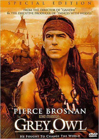 """""""Grey Owl und der Schatz der Biber"""" (Grey Owl, 1999): Regisseur Attenborough zeigt, wie Pierce Brosnan als Indianer vor Touristen Stammestänze vorführt, bis die Liebe zu einer Indianerin sein Leben verändert. Mehr auf: http://www.nachrichten.at/nachrichten/kultur/Richard-Attenborough-mit-90-gestorben;art16,1479196 (Bild: Verleih)"""