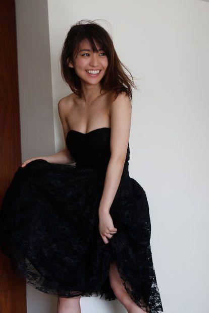 黒色ドレスの大島優子