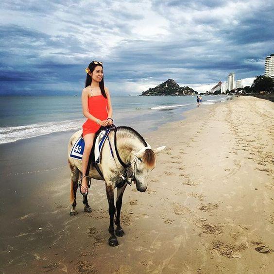 Instagram media by karkar1103 -  #我的白馬王子呢 #騎馬 #huahin #beach #whitehorse