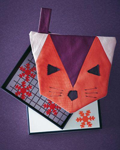 """Wir lieben Füchse! Und als Topflappen zieht der Fuchs auch bei uns in der Küche ein. So können Sie den Fuchs-Topflappen selber nähen. Zur Anleitung <a href=""""http://www.brigitte.de/wohnen/selbermachen/fuchs-topflappen-naehen-1216861/"""">Fuchs-Topflappen nähen</a>."""