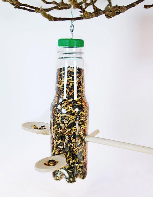 Körnerspender aus einer PET-Flasche: Wer einen Fleecepulli Made in China kauft, trägt mit einiger Wahrscheinlichkeit die alten PET-Flaschen am Leib, die er Monate zuvor im Supermarkt abgegeben hat. Denn ein Großteil der 16 Millionen PET-Flaschen, die jedes Jahr hierzulande in den Umlauf kommen, werden nach China verschifft und dort wiederverwertet - etwa als Pullis. Wir hingegen haben eine Vogel-Futterstelle daraus gebastelt.