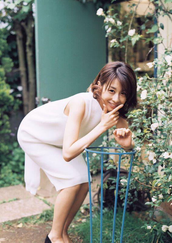 謎のポーズをする加藤綾子