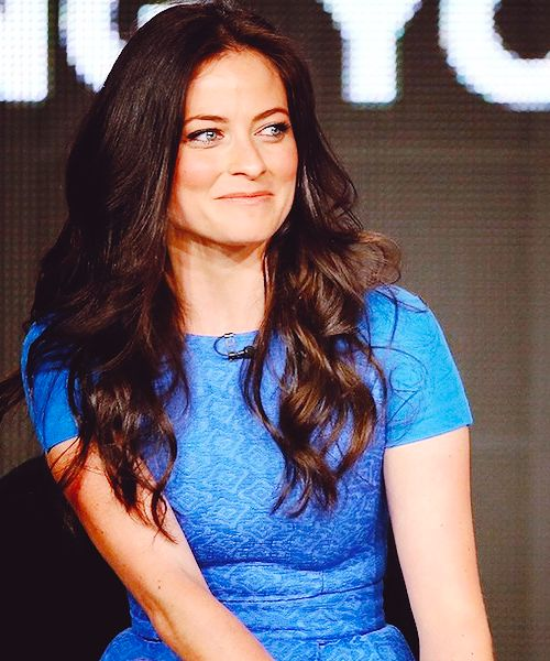 Lara Pulver looks so lovely in blue.  It really brings out her eyes.