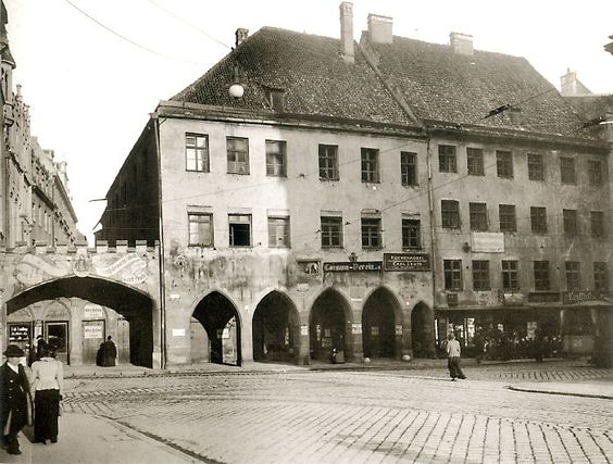 Ehemaliges Stadtschreiberhaus mit Verbindungsmauer zum Alten Rathaus, 1905. Hinter der Mauer befindet sich der noch offene Pfisterbach. Photo A. Schneider. © Stadtarchiv Sammlung Karl Valentin.