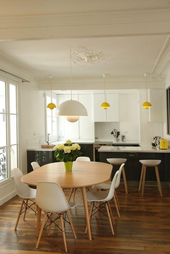 Cuisine dans un appartement haussmannien par Camille Hermand revisité avec du jaune pep's