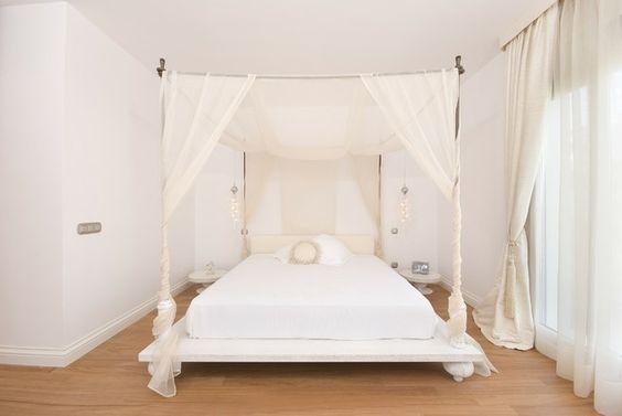 Schlafzimmer romantisch Baldachin großes Doppelbett
