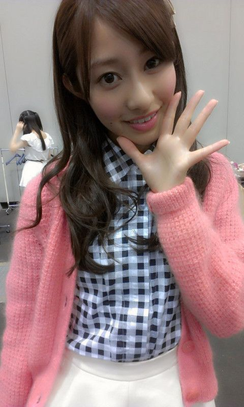 片手で挨拶の桜井玲香のかわいい画像