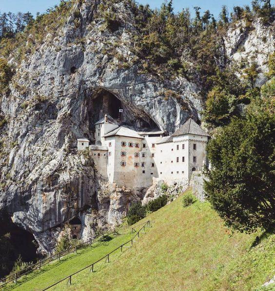 """Foodtravelphotography.com op Instagram: """"Dit bijzondere kasteel is grotendeels in de rots gebouwd met geheime kamers. Het staat in de top 10 mooiste kastelen ter wereld volgens national geographic én staat in het Guiness Book of Worls Records als het grootste grot-kasteel ter wereld!"""""""