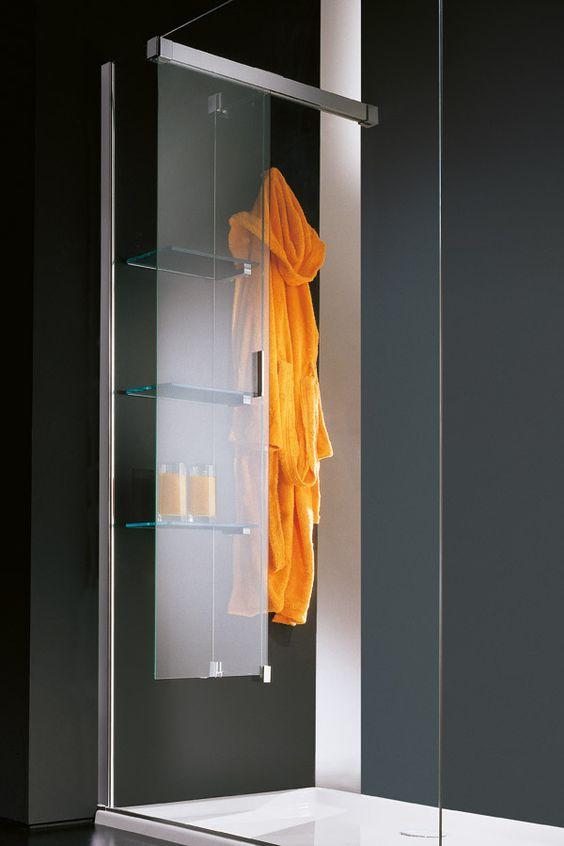 COLONNA ATTREZZATA E APPENDIABITI  Screen è una parete scorrevole, in cristallo temperato, che crea un vano all'interno dello spazio doccia. Il vano è attrezzato con tre ripiani e con due ganci per appendere l'accappatoio o il telo spugna.  Al momento della doccia Screen impedisce all'accappatoio di bagnarsi, mentre i ripiani offrono un comodo piano d'appoggio. Terminata la doccia, Screen chiude la zona ripiani consentendo di recuperare l'accappatoio che, essendo a portata di mano, può…