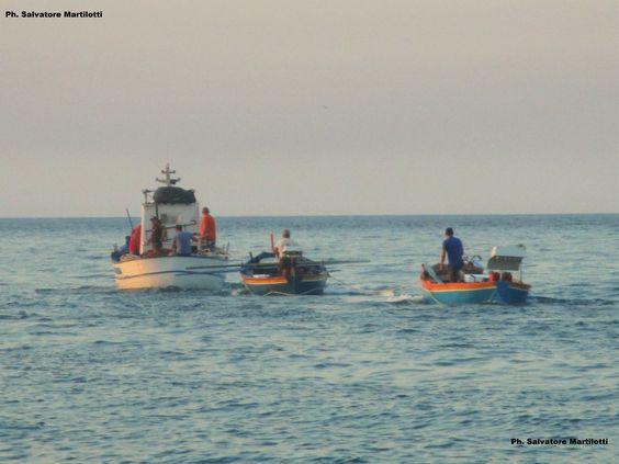 Un mare azzurro, la costiera  colorata, le barche con le lampare: siamo sulla spiaggia dei pescatori! Ph. Salvatore Martilotti