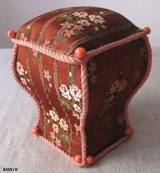 Belle boîte à couture ancienne en carton et tissus brocante antiquité