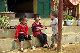 Shaxi köyüne vardığımızda bir aile, geleneksel evlerinin bir odasında öğle yemeği için bizi ağırladı. Ev yemekleri birbirinden lezzetli. Bu değişik ve sempatik ortamdaki yemeğin ardından bütün köyü dolaştık. Sakin sokaklardaki zarif mimarisiyle eski evleri, yapıları ve insanları görünce, Doğu Çin ve Tibet arasında uzanan eski ticaret yolunun üzerindeki bu köye hayran kaldık.