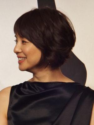 サテンの黒いドレスを着た石田ゆり子