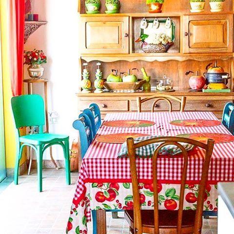 E o bom dia de hoje vem da sala de jantar divaaaaa da irmã da @gigi_a_melo  especialmente pra te lembrar de marcar suas fotos com #minhacasapop porque nós estamos de olho  #bomdia #decoração #revistaocapop #casadeverdade #decoraçãocolorida