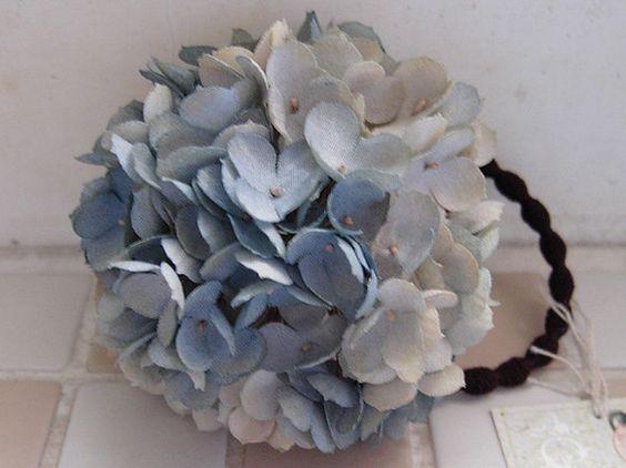 アジサイの 直径 約 7.5cm× 高さ 約 5cm  白い布から色付けにこだわり、一枚づつ染めた布でアジサイを作くりました。 6月の庭に咲いてい...|ハンドメイド、手作り、手仕事品の通販・販売・購入ならCreema。