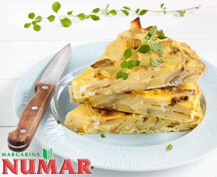 En un sartén calentar el aceite y la margarina y sofreír la cebolla, agregar sal y pimienta. ...