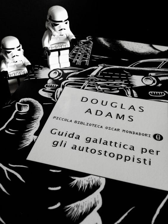 Guida Galattica per gli autostoppisti è uno dei libri più famosi di Douglas Adams, primo di una serie e da cui è stato tratto il film omonimo. Vi consiglio di leggerlo, o almeno leggete uno dei libri di Douglas Adams, ne vale la pena, vi porterà in mondi immaginari in cui la risata la fa da padrone. In questo libro la cosa che ho apprezzato di più è il modo in cui noi umani veniamo derisi, ridicolizzati, per farci capire che dobbiamo cambiare e capire che non siamo onnipotenti.