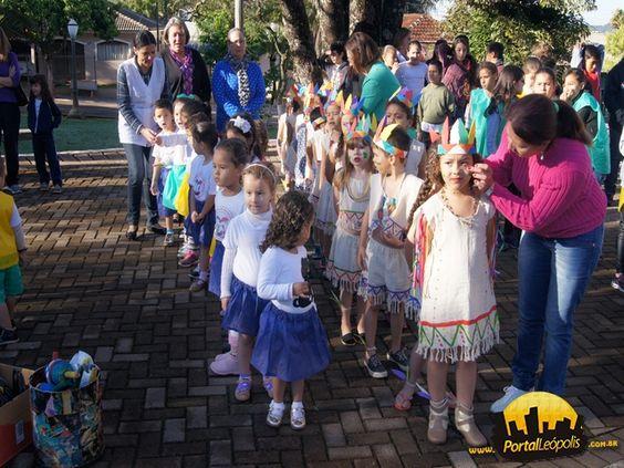 Na semana da patria as crianças da creche fizeram apresentação vestidos de indios